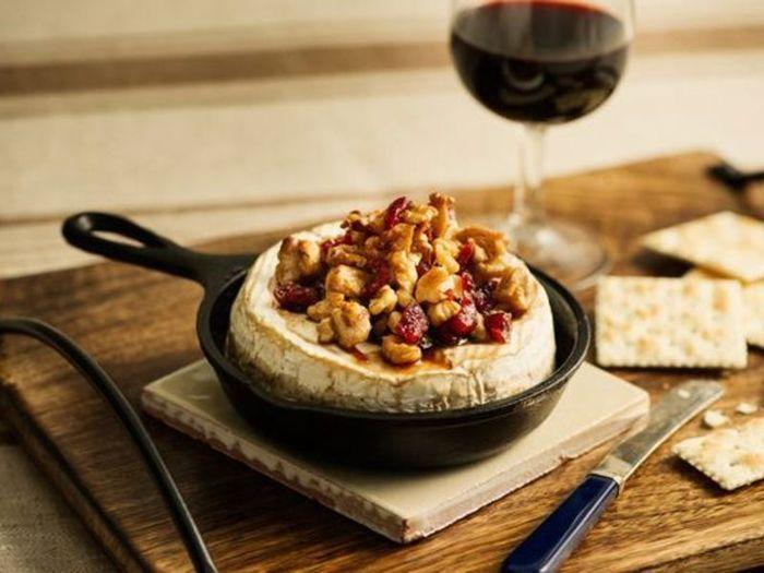 カマンベールチーズを丸ごと使った、ワインによく合うレシピ。とろけるチーズとナッツの香ばしさが絶品!クラッカーとの相性抜群です。オーブントースターでも作れるので、オーブンが無くてもぜひチャレンジしてみて。
