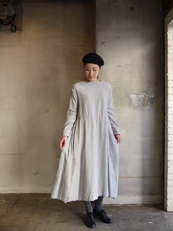 一枚の布の表情を存分に楽しめるのがロングワンピースの魅力です。お気に入りのお洋服に体を包み込めば、心地よく一日を過ごせそう。一枚で様になって、簡単にオシャレを楽しめるロングワンピースをワードローブに取り入れてみませんか?
