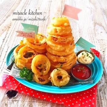 取り分けるような大皿料理の他にも、皆でつまめるような料理も楽しいですよね。大人も子どもも大好きなオニオンリングは、天ぷら粉でおうちでも簡単に作れますよ。