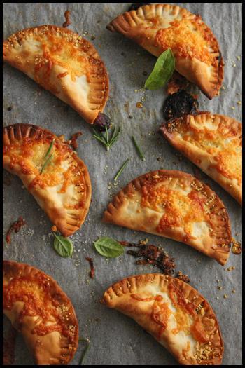 イタリアンな包みピザ、カルツォーネをミニサイズに。一口サイズなのですぐに焼ける上、餃子の皮で作れるので、作り方も簡単!ついパクパクつまみたくなる一品です。