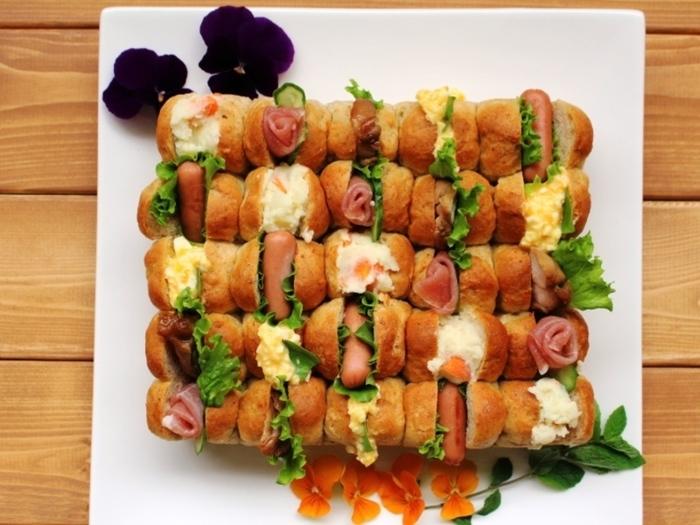 パン作りをする人におすすめなのが、ちぎりパンを使ったサンドイッチ。さまざまな具を挟めば、こんなに華やかな一皿になります。あれこれ話しつつ、みんなでちぎりながらワイワイ囲みたいですね♪