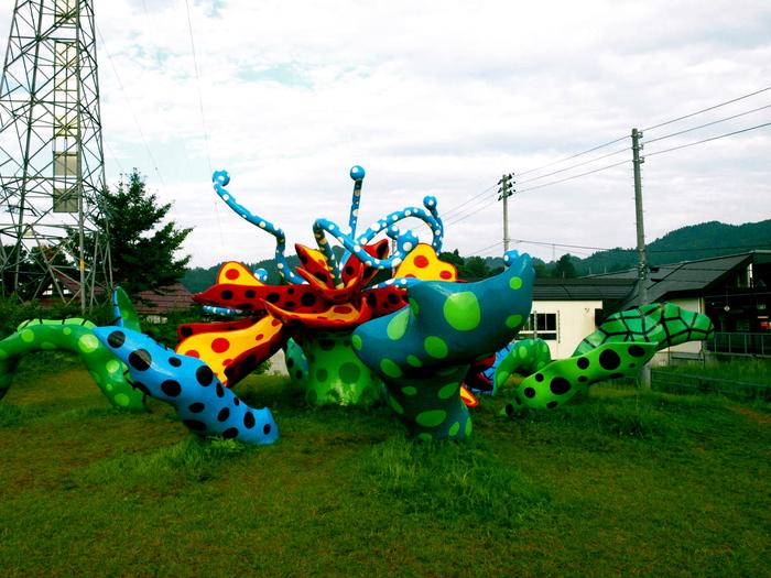 数多くの野外彫刻を手がけてきた草間彌生さんが「私のお気に入りのナンバーワン」と語るこちらの作品。自然豊かな松代の景色に溶け込む、ダイナミックな姿は必見です。