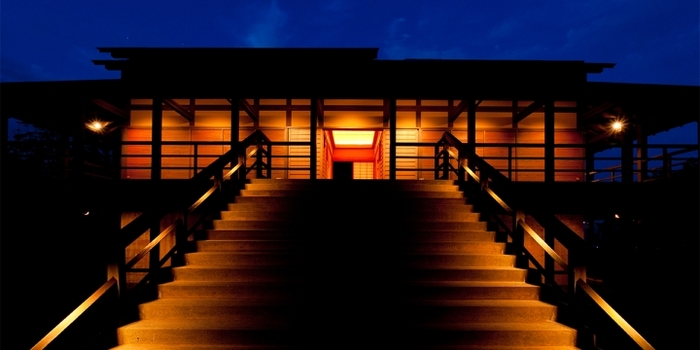「光」をコンセプトにした作品で知られる世界的なアーティスト、ジェームズ・タレル氏の作品。幻想的な光に体が包み込まれるような感覚になる作品ですが、鑑賞はもちろん、宿泊できる施設としても人気です。