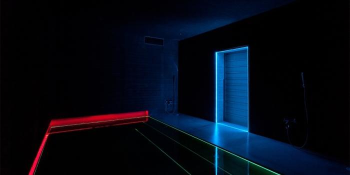 幻想的な雰囲気を醸し出しているのは、なんと浴室。湯船に身体をゆだねると、まるで別世界のような光に包まれます。