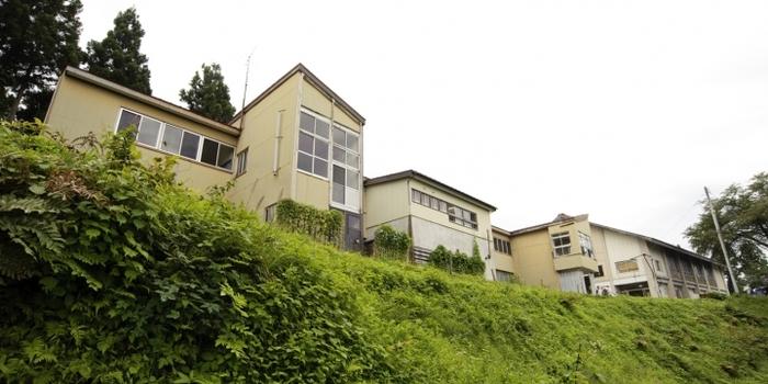 1958年に建てられて以来、大切に守られてきた木造校舎が、宿泊施設として生まれ変わった「三省ハウス(さんしょうはうす)」。かつて教室だった空間に、ベッドや食堂が設けられています。