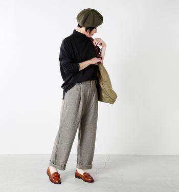 秋は、トラッドスタイルが気分。ニット×ウールパンツといったシンプルコーデも、ローファーを合わせるだけで簡単にトラッドな雰囲気を楽しめます。ベレー帽をプラスするとさらにGOOD◎。落ち着いた色の洋服が多い方は、ブラウンのローファーを選ぶと明るい印象になりますよ。