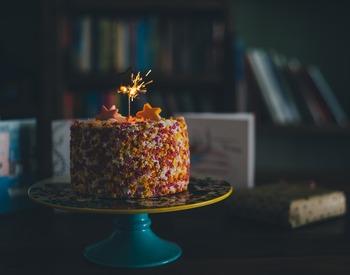 誕生日会の場合は、誕生日ケーキの予約もお忘れなく。あわせて、ロウソクの用意もしておきましょう。