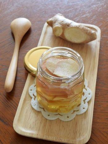 シロップのレシピはドリンク作りにも使いやすいメリットがあります。こちらはショウガのシロップ。体が冷えた時や疲れた時に、自家製ジンジャーエールはいかがですか?