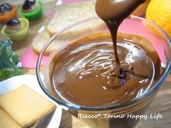 定番のチョコレートクリームですが、こちらはお酒が入ったちょっぴり大人な味わいのクリームです。好きな風味のリキュールを活用してみましょう。スイーツの上からかけて、ワンランク上の美味しさに仕上げてみてください!