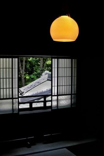 わびさび、無常観といった日本独自の美意識は、時代によって変化したり新たな流れを生み出したりしながら、その時代時代で暮らしの中に反映されてきました。  そんな新しくなっても変わらない「和」の良さを取り入れた「和ミックスインテリア」は、どこか心から安らげるような寛ぎに満ちた雰囲気があります。今回は、意外にも洋室にしっくり映える和モダンな家具や小物たちをあわせてご紹介します。