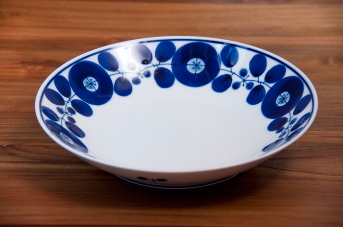青x白の器は、和・洋・中どんなお料理を乗せても美しく映える万能選手。なんとなく北欧風にも見える深皿は、筑前煮にをのせると和モダンな雰囲気に。