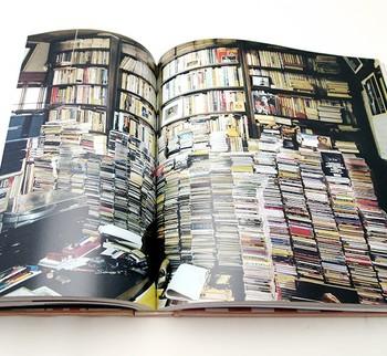 こちらは、音楽評論家の住居兼仕事場。本とうず高く積もったCDの山に囲まれて。