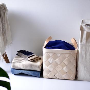 例えばストールを置いて…。無造作にモノを入れてもサマになりますね。衣類の他にも、タオルや雑誌など幅広い収納に使える便利なアイテムです。