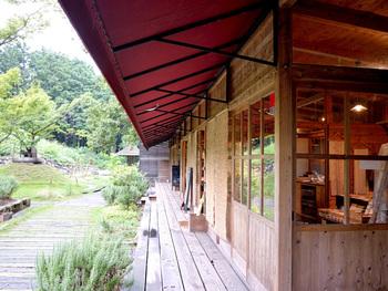 材木屋さんが自然の中に建てた、少し風変わりなカフェ。