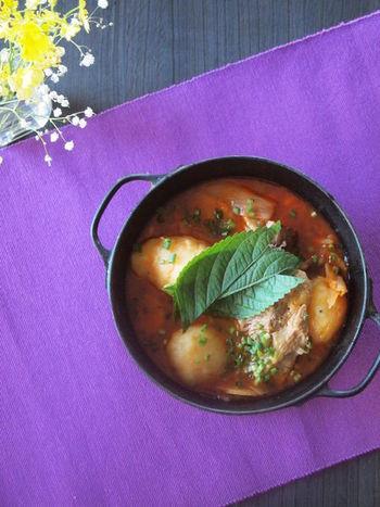 スペアリブとジャガイモをコトコト煮込んだ寒い季節にぴったりのお鍋は、辛いスープにジャガイモを崩しながら頂くと美味。エゴマの葉や、春菊など、香りが強い野菜との相性も抜群。