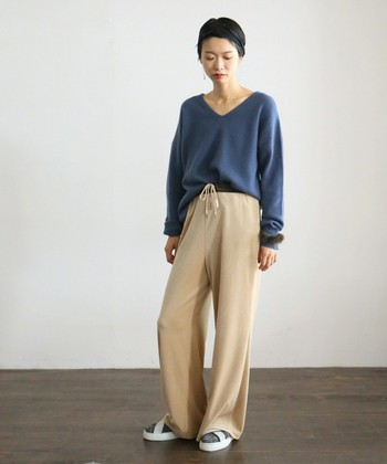 明るめのベージュベロアパンツに、キレイなブルーのセーターを合わせた上品なカラーバランスのコーディネート。小物アイテムで可愛さをプラスするだけで、オシャレな雰囲気にまとまります。