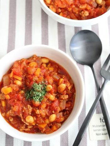 鍋にどんどん具材を入れて煮込めば完成の難しいことぬきなチリコンカンレシピは、パンに乗せたりじゃがいもにチリコンカンとチーズをのせたり、アレンジも楽しめるレシピです。