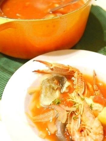 普通のお鍋に飽きちゃった方にオススメなのが、こちらのブイヤベース。スーパーで売っている海鮮鍋用の魚介セットで出来ちゃう優れレシピ。魚介の濃厚なスープとトマトの酸味でペロリと頂けちゃいますよ。〆はリゾットでもパスタでもお好みで♪