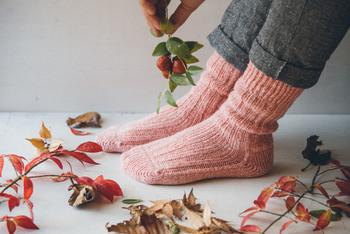 色で遊びたいけれど、ヴィヴィッドカラーはちょっと…という方は、淡いカラーで霜降りのような素材を選んでみては?やや落ち着いた印象で履きやすくなります。違う色の糸をミックスして編んだ靴下も、他にはない個性を演出できるのでおすすめ。