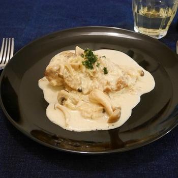 しめじやマッシュルームを炒めて、ソテーした鶏肉とシャンパンで煮込んだおしゃれな一品。見た目も味わいも、とっても高級感がありますね。シャンパンさえあれば、けっこうお安く完成するお役立ち料理です。