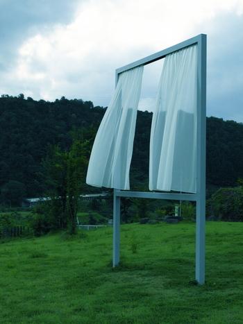 風を受けて揺れるカーテンを見ていると、里山の偉大さや美しさがよりいっそう際立ちます。