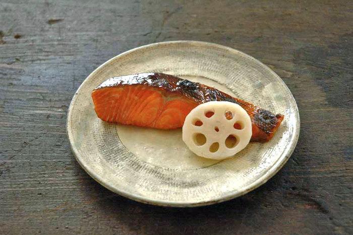 筑前煮に鶏肉を使っているので、副菜としてお魚を足しても良いですね。こちらは醤油:酒:みりん=1:1:1のつけダレに漬け込んで焼くだけの簡単な一品。手間がかかりません。