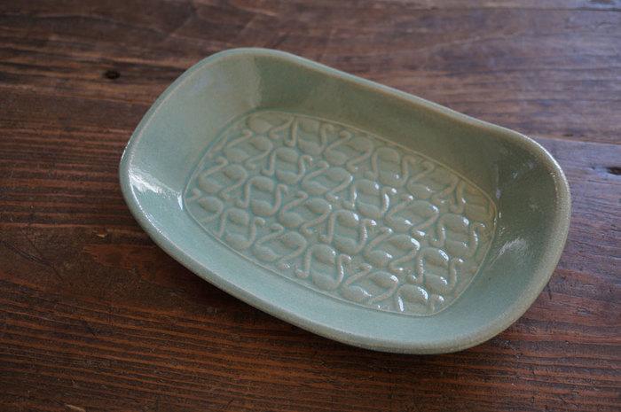 煮物を入れるような器といえば丸や六角形・正方形などが定番ですが、こんな長方形の器に盛ってもまたいつもと違った雰囲気に。食卓全体のバランスを考えて、ぜひいろんな器を試してみてくださいね。