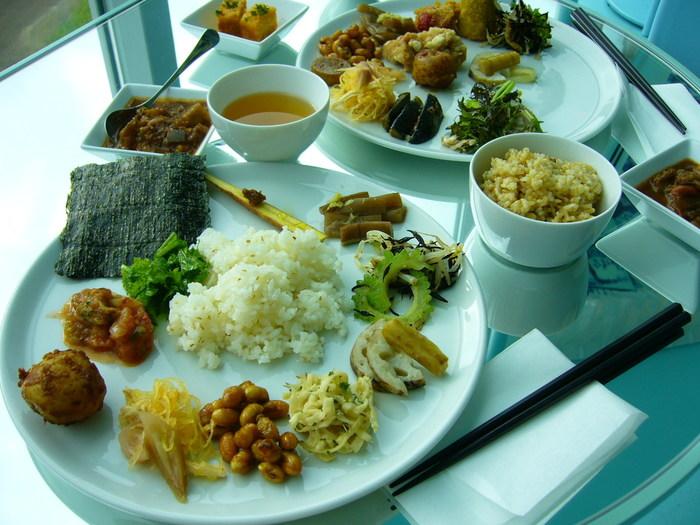 季節の野菜をたっぷり使ったスープやおかずなど、約20種の料理を好きなだけいただける「里山ビュッフェ」が人気。身体に優しいおかずに、心まで満たされます。  ※「里山ビュッフェ」の実施についてはお店にお問い合わせください。