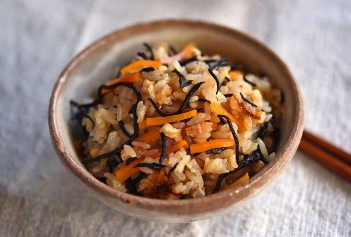 炊き込みご飯も秋の香りですね。ひじきと人参のシンプルな炊き込みご飯なら、筑前煮の具沢山を邪魔することなく、とてもバランスの良い献立になります。他のおかずは、醤油味ではない物を合わせると良いでしょう。