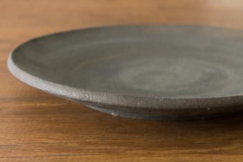 深い器に煮汁もたっぷり入れるイメージが強い筑前煮ですが、こんな浅い器に盛ってみてはいかがでしょう。和の雰囲気はそのままに、見た目の印象がぐっと新しい食卓になります。