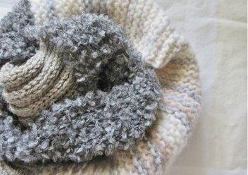 質感や色が異なる毛糸を使ってスヌードを作るのも風合いたっぷりでお洒落です。
