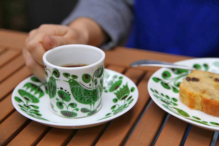 爽やかなグリーンの小鳥の絵柄に思わずほっこりする「チュールチュル」。小鳥と一緒に植物がデザインされていて、使うたびに嬉しくなってしまう素敵なデザイン。同じ柄のプレートと一緒に使ったら、素敵なテーブルコーディネートに。