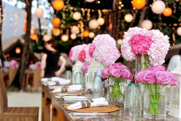きれいな色のお花は、テーブルの上がパッと華やぎます。同系色で揃えるとテーブルの上に統一感が出ますね。