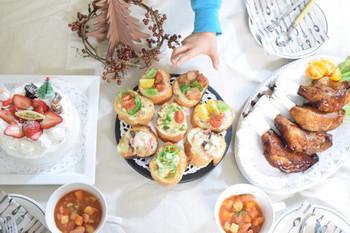 サンキライの実をくるりと巻いたリースの中心に、ツリーのオブジェを飾って、シンプルで可愛らしいクリスマスのテーブル。
