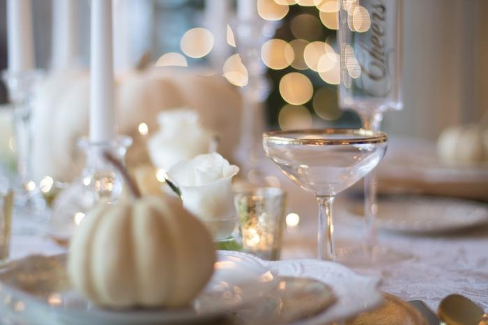 キャンドルやツリーのイルミネーションの灯りは、色を使わななくても雰囲気がぐっと増し、パーティー気分を盛り上げてくれます。
