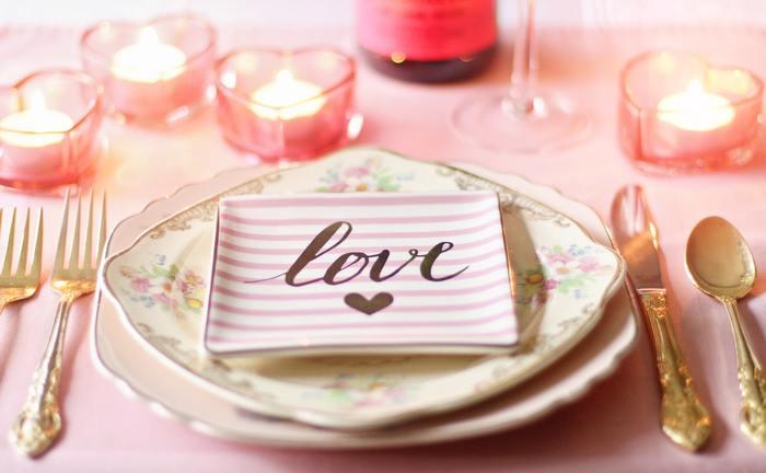 ピンクでまとめられたテーブルは、甘く可愛らしくロマンチックな雰囲気です。
