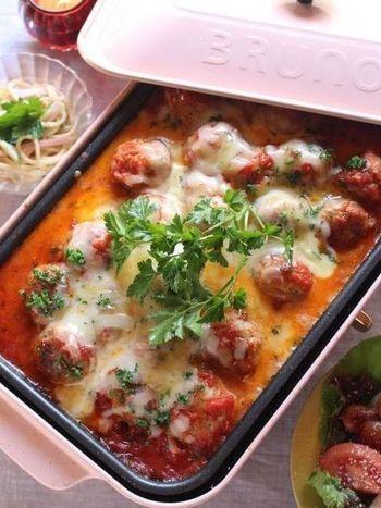 ホットプレートで贅沢に作る、ミートボールのレシピです。大人数の料理をフライパンで調理するとなると大変ですが、これなら一気に作れます。ぜひ熱々をみんなで頬張って♪