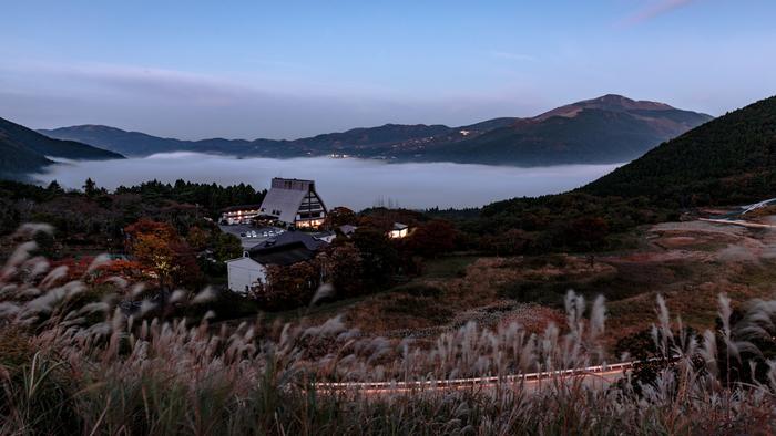 由布院は、由布岳の麓に広がる温泉郷。九州の北側、大分県大分市と別府市の間にあります。大自然に囲まれた由布院温泉郷は、特に女性から高い人気を誇ります。