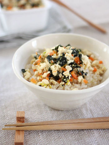 こちらは余った野菜と豆腐で作るふりかけのレシピです!半端に余ってしまった冷蔵庫の野菜たちを美味しく食べる方法としても参考にしてみてください。炒り煮タイプのふりかけなので、しっとりふりかけが好きな人にもおすすめです♪