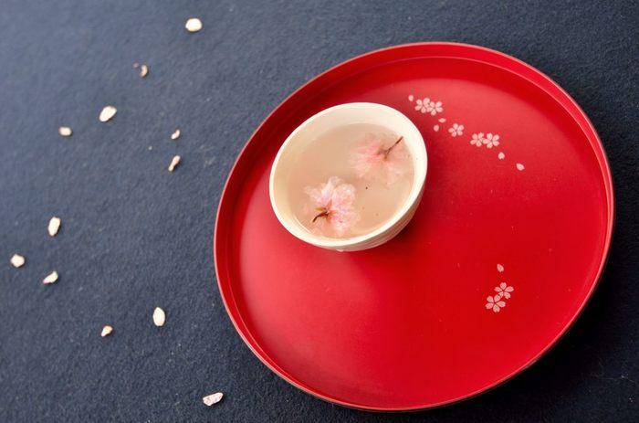 桜の花が余ってしまったら、塩漬けにして湯(お茶でもOK)をさすと美味。 和菓子によく合います。
