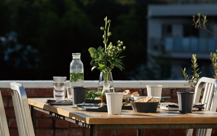 中心に植物を置いて、ナチュラルなテーブルに。グリーンを基調とした植物を飾ってみると、落ち着いた雰囲気の食事空間をつくりだしてくれますね。シンプルな食器を合わせて、よりナチュラルな空間に。