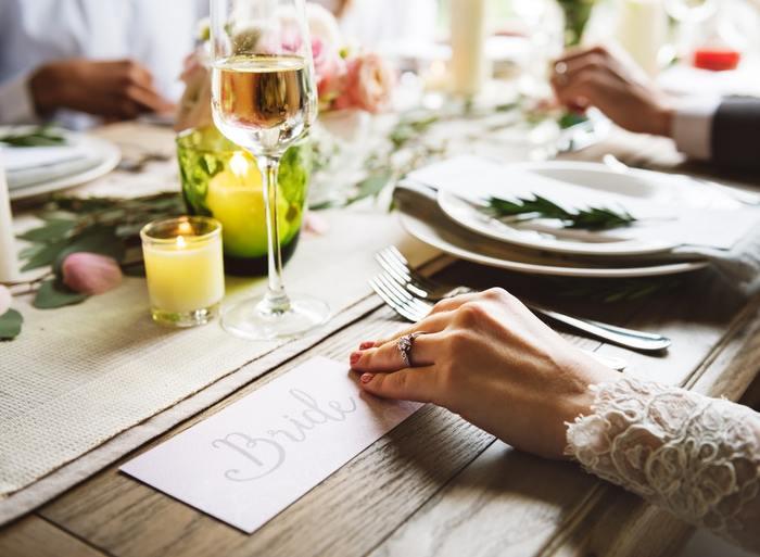 ランナーの上にキャンドルやグリーンをレイアウトすることで賑やかなテーブルをつくるアイディア。キャンドルの光がランナーの上のグリーンや手元を照らしてくれて、パーティーにぴったりのテーブルセッティングです。