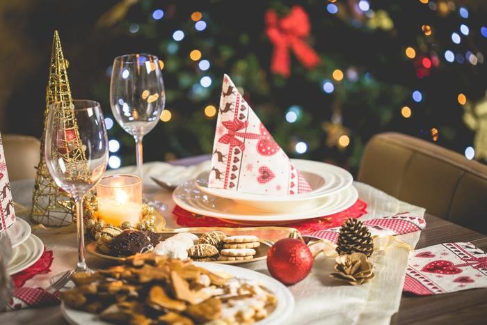 ツリーにカラフルなイルミネーションを灯すと、とっても華やかです。クリスマス小物をテーブルの上に散りばめて、赤いアイテムでクリスマスらしいテーブルコーディネート。