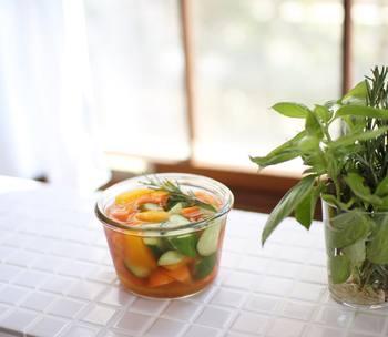 作り置きの副菜を仕込んでおくと、サッと出せて手軽で便利。パーティー後、疲れた時の食卓でも作り置きおかずが助けてくれます。