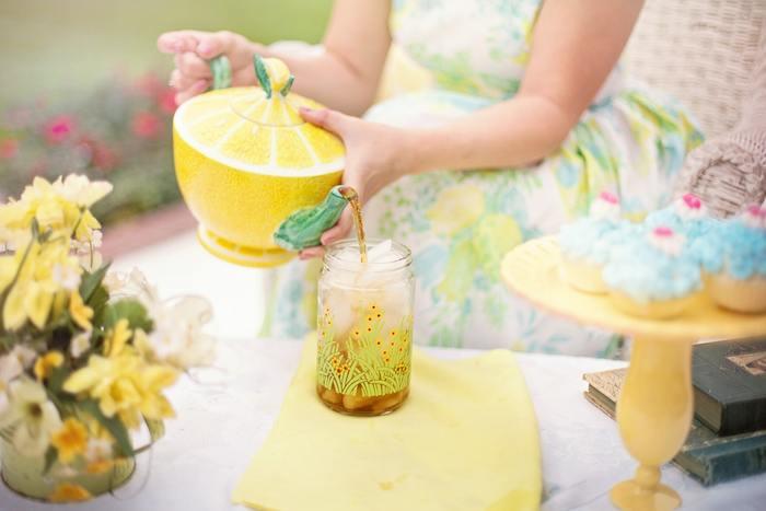 きれいなレモン色でまとめられたテーブル。お花も器もナプキンも、淡い色合いのレモン色でコーディネートされていて可愛らしくきれいです。