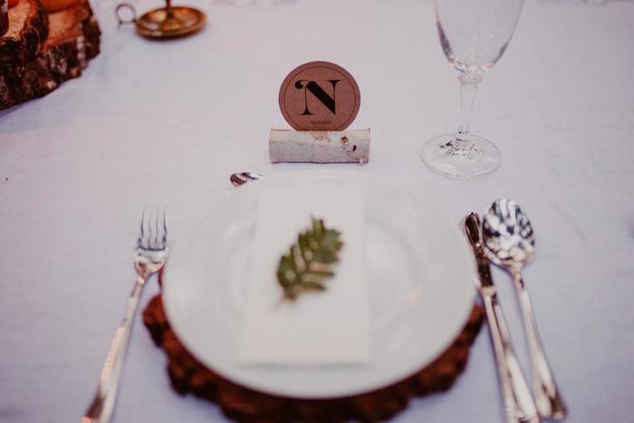 白樺の枝に名前のイニシャルカードを添えたアイデア。丸太をコーディネートに取り入れたり、ナチュラルなテーブルに。
