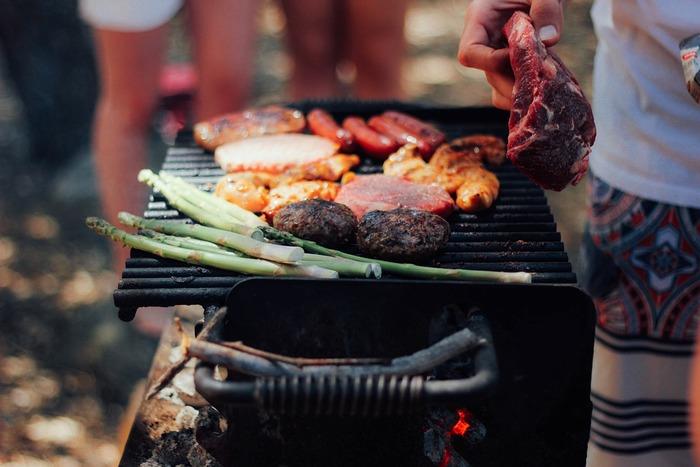 料理を決めるときは、メイン料理から決めるとすんなり全体が見通せます。海外でポピュラーなのはバーベキュー。牛肉やソーセージ、お好みの野菜を焼くだけと手軽なのも魅力。焼くのは男性におまかせしましょう。