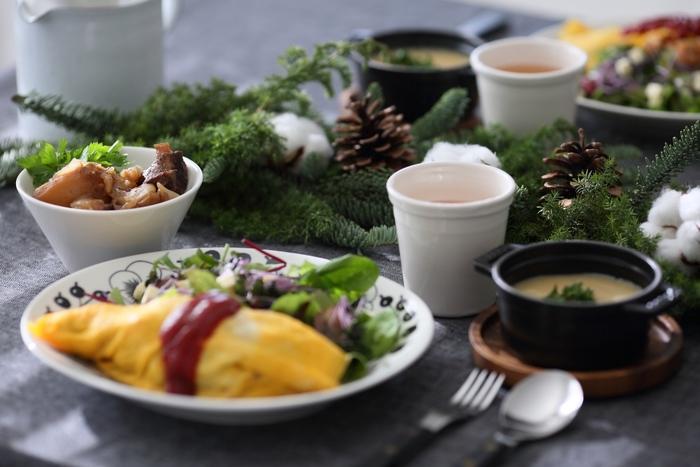 クリスマスパーティーには、もみの木の葉や松ぼっくりの実を無造作に並べるだけで、ナチュラルなクリスマスらしいテーブルコーディネートが作れます。ふわふわの綿の実も可愛らしくて素敵。