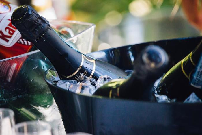 ペットボトルの水やジュース。ワイン、ビールなどのアルコール類など重い買い物も済ませておくと、だいぶ気が楽になります。また椅子やクーラーボックスなど、当日使うもので無いものも買うか、友人に借りましょう。