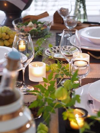 無造作にグリーンをテーブルに置いたアイディア。フウセンカズラが可愛らしく、がんばりすぎず、さりげなくテーブルを飾りたいあなたにおすすめです。